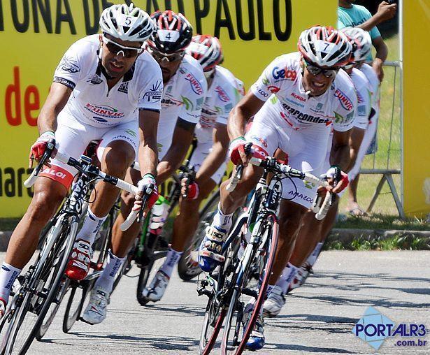 Magno Nazaret (esq.) disputou a Copa América de Ciclismo, com a camiseta de líder do ranking America Tour