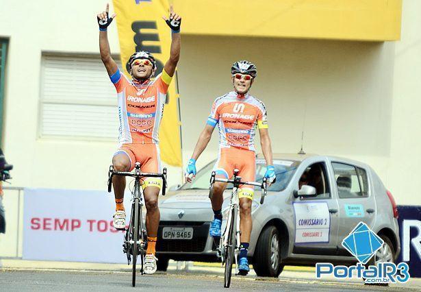 Eriberto e Murilo comemoram a dobradinha da Ironage na chegada em Atibaia. (Foto: Luis Claudio Antunes/PortalR3)