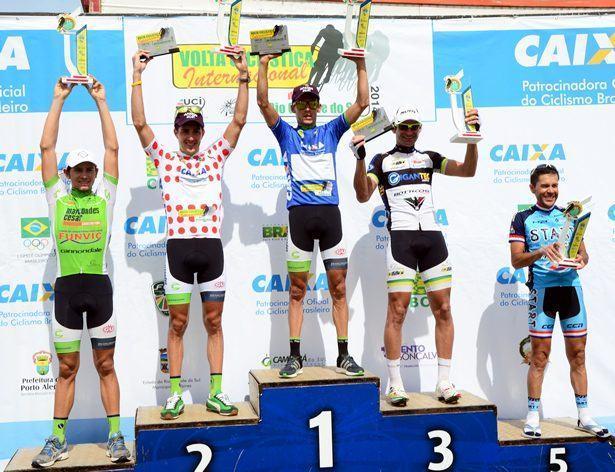 Pódio da segunda etapa com três atletas de São José dos Campos, um da DataRo e um da Star Cycling. (Foto: Luis Claudio Antunes/PortalR3)