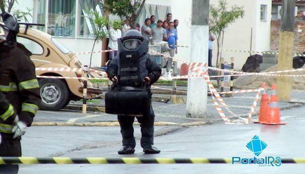 Policial do GATE removendo restos de explosivo em Pindamonhangaba. (Foto: PortalR3)