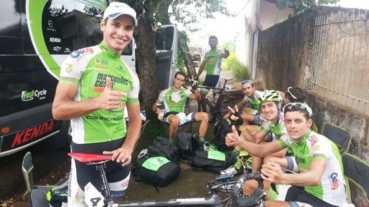 Manarelli (em pé) comemora a vitória na segunda etapa com amigos da equipe. (Foto: Ciclismo SJC)