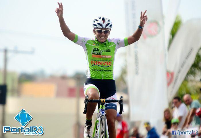 Fernanda Souza comemora sua primeira vitória na Prova Ciclística 1º de Maio. (Foto: Luis Claudio Antunes/PortalR3)