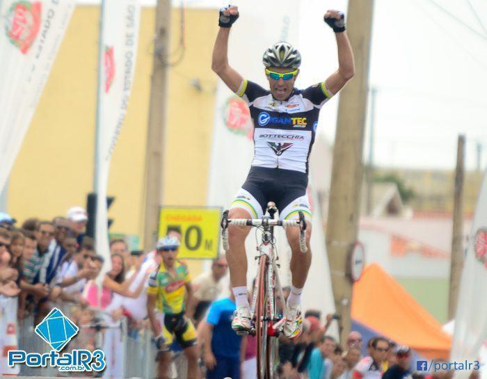 Alcides Vieira cruza a linha de chegada sozinho e comemora sua primeira vitória em Indaiatuba na 1º de Maio. (Foto: Luis Claudio Antunes/PortalR3)