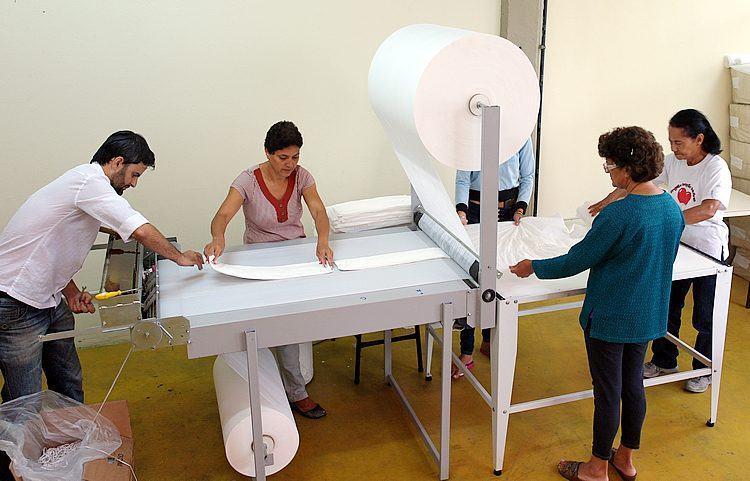 Linha de produção de fraldas em Pindamonhangaba. (Foto divulgação/PortalR3)