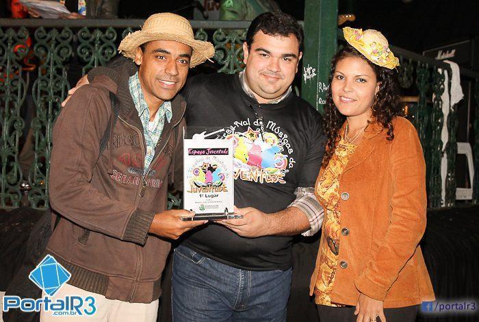 Muzak recebendo o trofeu de campeão da categoria Composição. (Foto: Denis Silva/PortalR3)