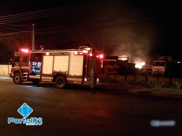 Bombeiros tiveram de ser chamados para controlar o incêndio. (Foto: PortalR3)