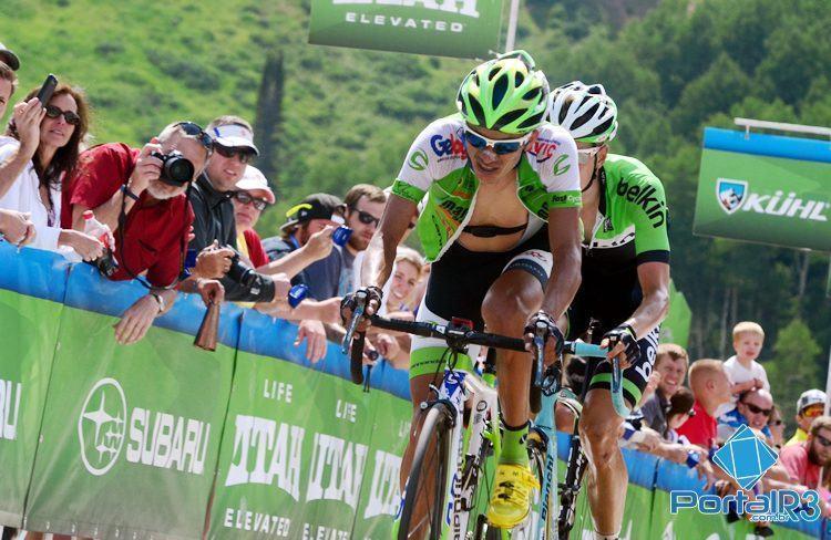 Alex Diniz cruza a linha de chegada em quinto lugar no alto do Powder Mountain. (Foto: Luis Claudio Antunes/PortalR3)