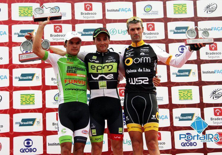 Pódio da 1ª etapa do Tour do Rio, com Sevilla, Veloso e Bozó. (Foto: Ciclismo SJC)
