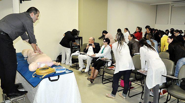 Dr. Rodrigo Correia Coaglio durante dinâmica de reanimação com a Comunidade. (Foto: divulgação/HR)