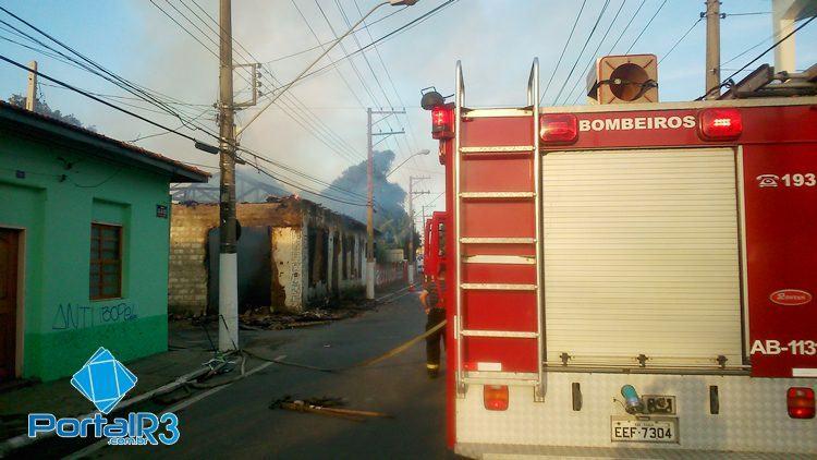 Bombeiros estão no local atendendo a ocorrência. (Foto: PortalR3)