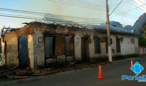 Fogo atinge mata e casa no Alto Tabaú em Pindamonhangaba