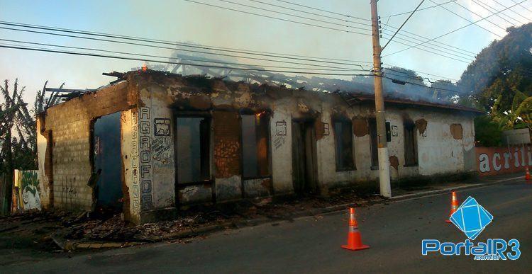 Casa foi consumida pelas chamas. (Foto: PortalR3)