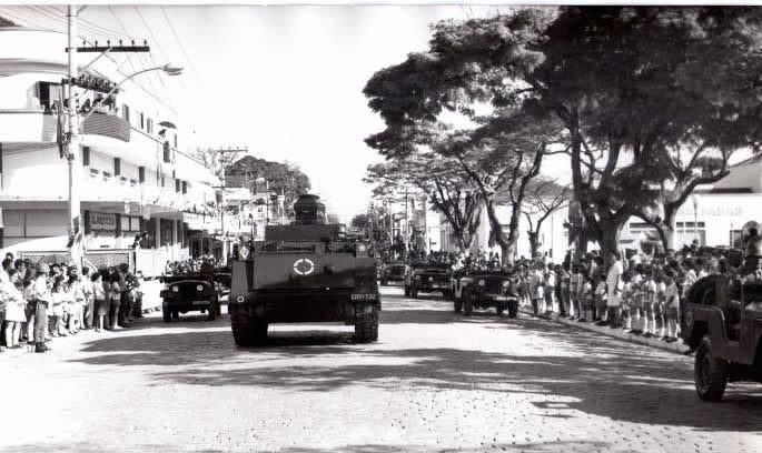 Desfile com os Despojos sobre o tanque de guerra, ladeado por vários outros veículos do Exército. (Foto: reprodução/Arquivo Dr. Francisco Piorino)