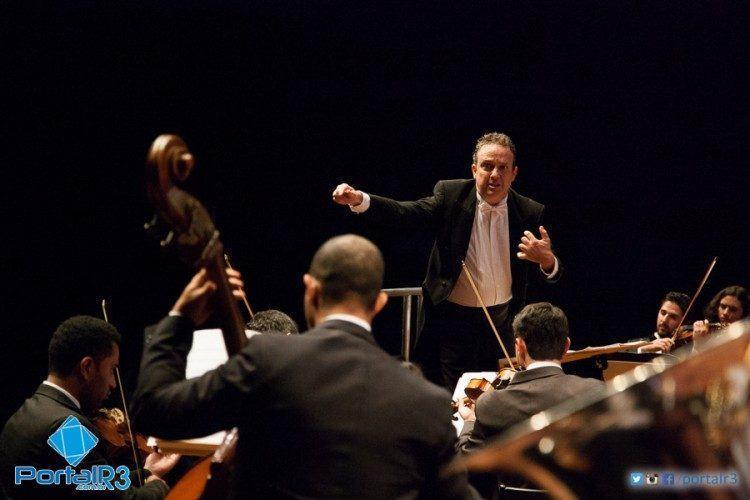 Marcello Stasi regendo a Orquestra de São José dos Campos em homenagem a João Gomes de Araújo. (Foto: Fernando Noronha/PortalR3)