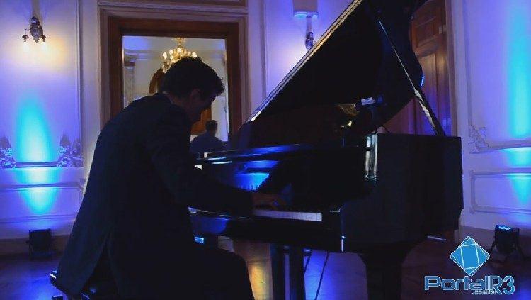 Pianista Valdir Carvalho em apresentação no museu de Pindamonhangaba. (Foto: PortalR3)