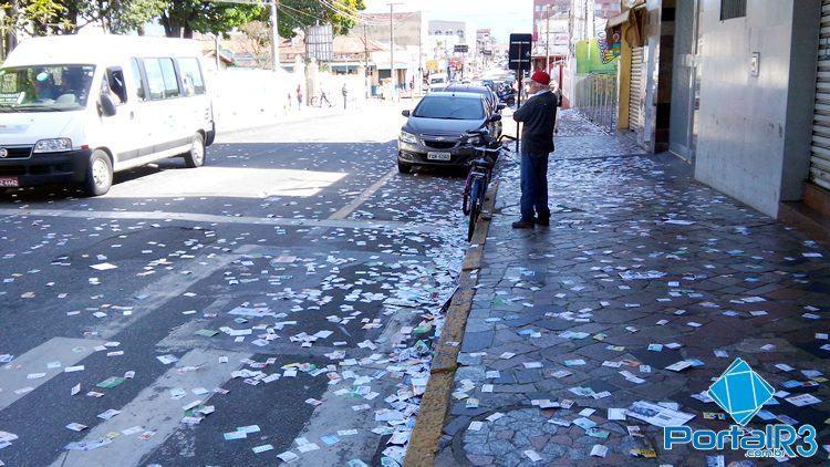Rua em frente a escola Pujol, no centro de Pindamonhangaba, tomada por santinhos de candidatos. (Foto: Sérgio Ribeiro/PortalR3)