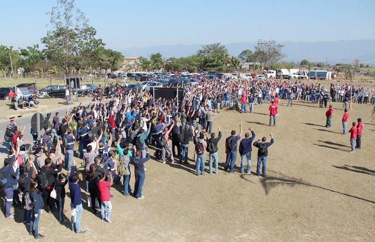 Trabalhadores aprovam em assembleia proposta de abono salarial, além de melhorias, na manhã dessa quarta-feira, dia 8. (Foto: Guilherme Moura/Sindicato dos Metalúrgicos)