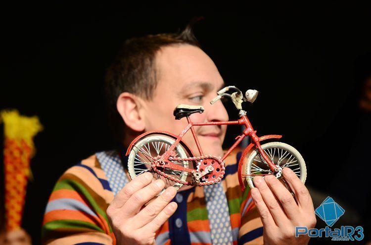 Espetáculo Bicicleta Vermelha, do grupo italiano Princípio Ativo Teatro, abriu o Festil. (Foto: Luis Claudio Antunes/PortalR3)