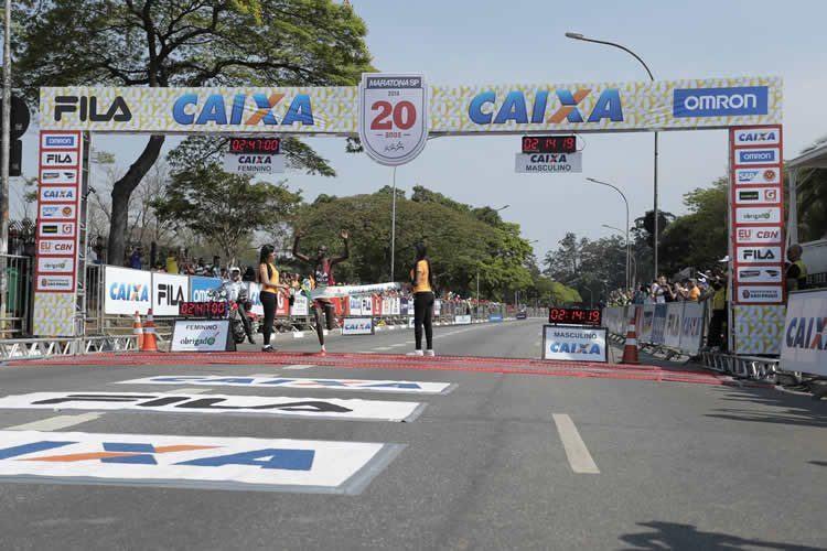 Paul Kangogo comemora vitória no Brasil. (Foto: MidiaSport/Divulgação)