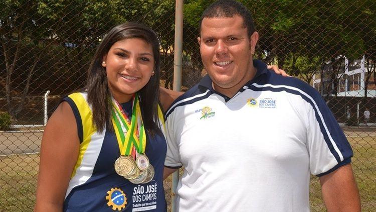 Angelica e o técnico Everton Ribeiro. (Foto: Tião Martins/PMSJC)