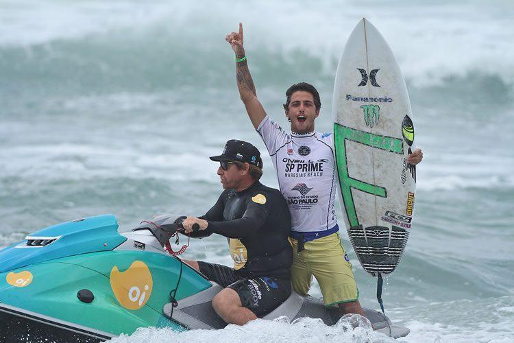 Filipe Toledo, o grande campeão da disputa, comemora a vitória ainda no mar. (Foto: Munir El Hage | PMSS)