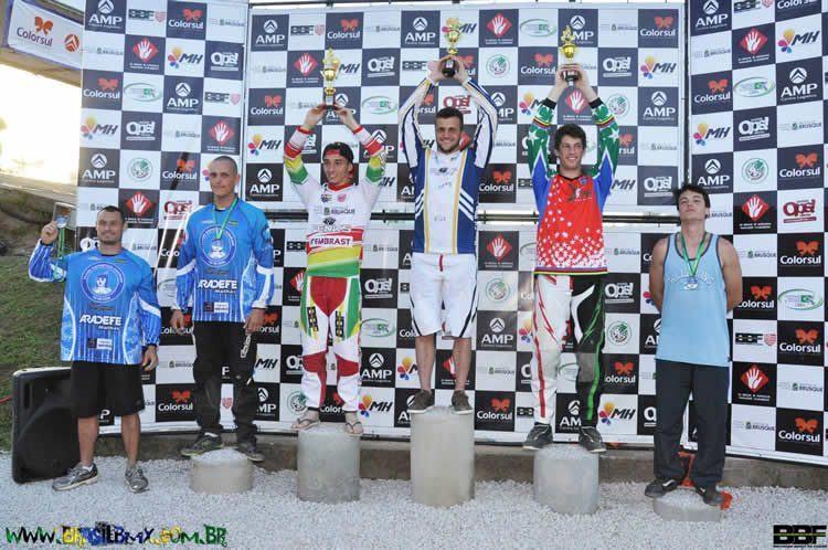 """Leandro Miranda, atleta do Clube de Ciclismo de São José dos Campos, venceu a categoria """"Elite Man"""" e subiu ao ponto mais alto do pódio. (Foto: Divulgação)"""