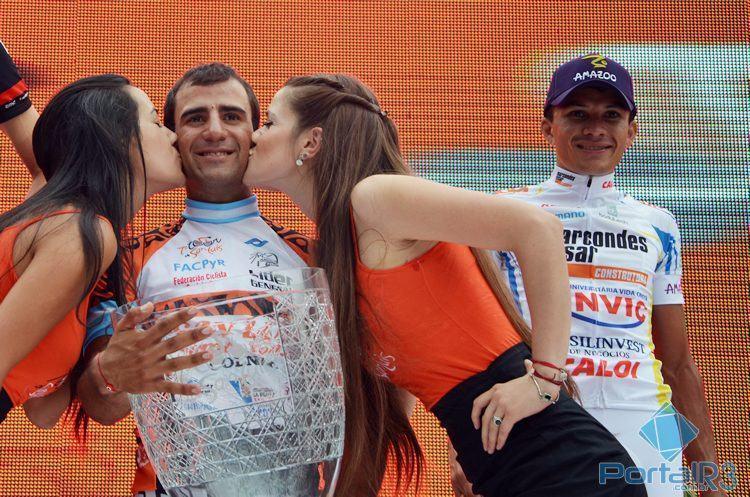 Daniel Díaz recebe o tradicional beijinho das meninas do pódio pelo título do Tour de San Luis de 2013. Ao seu lado, Alex Diniz, que foi o terceiro colocado geral naquele ano. (Foto: Luis Claudio Antunes/Arquivo PortalR3)