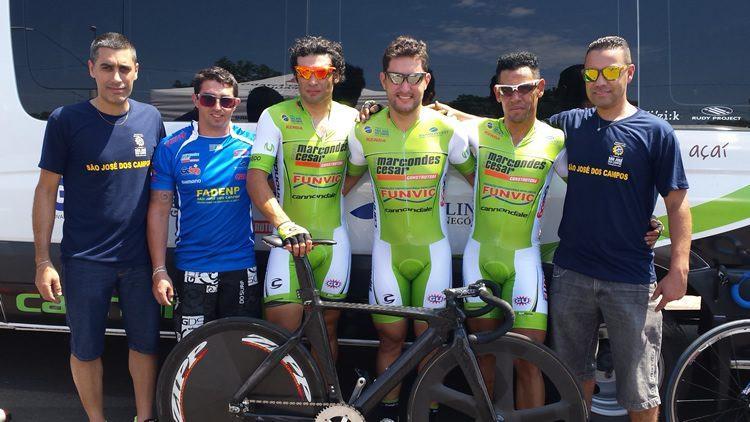 Equipe comemora primeira medalha de ouro em Bauru. (Foto: Ciclismo SJC)