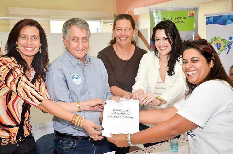 Prefeito Vito Ardito Lerario recebe relatório com detalhes sobre o projeto realizado em 2014. (Foto: Luis Claudio Antunes/PortalR3)