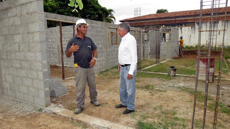 O prefeito  de Pindamonhangaba Vito Ardito Lerário, esteve no local, na última semana, acompanhado pelo secretário de Obras, e conferiu o andamento dos serviços. (Foto: divulgação/PMP)