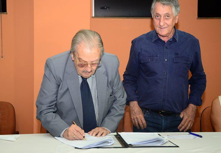 O provedor da Santa Casa, Dr. Monteclaro César e o prefeito de Pindamonhangaba, Vito Ardito Lerario, durante assinatura do contrato. (Foto: Luis Claudio Antunes/PortalR3)