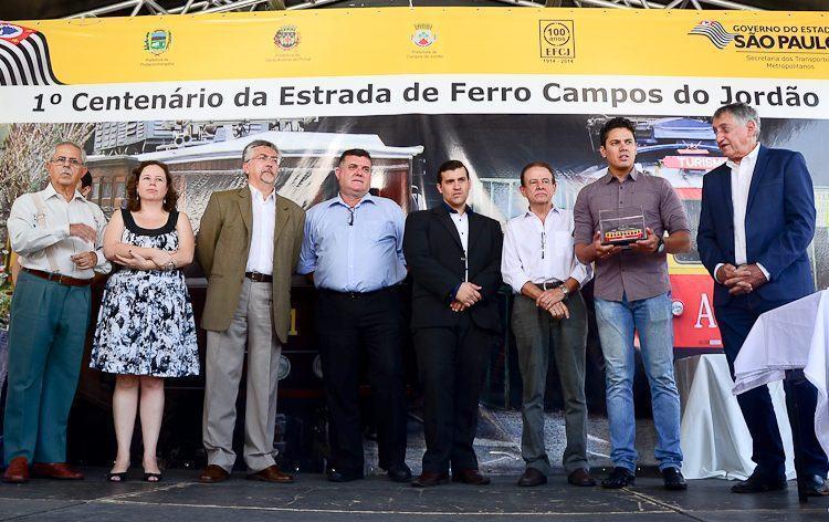 Autoridades presentes na cerimônia comemorativa em Pindamonhangaba. (Foto: Luis Claudio Antunes/PortalR3)