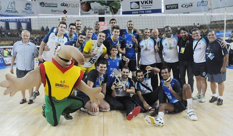 Equipe joseense comemora título dos Abertos em Bauru. (Foto: Aline Furlanetto/PMSJC. )