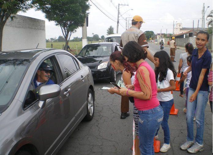 Os alunos conversaram e orientaram os motoristas. (Foto: Divulgação/PMP)
