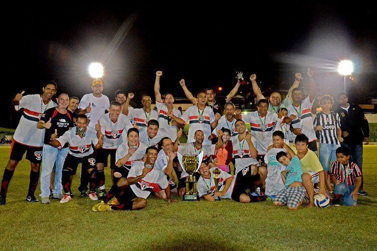 Time campeão posa com troféu conquistado no último domingo, dia 22. (Foto: Silas Azocar/PMI)