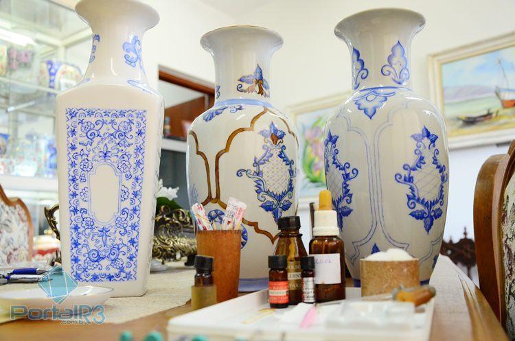 Obras que estão sendo pintadas pela artista e material que são utilizados nas obras. (Foto: Luis Claudio Antunes/PortalR3)