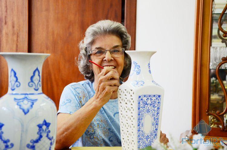 A artista dando alguns retoques em uma pintura no seu ateliê. (Foto: Luis Claudio Antunes/PortalR3)