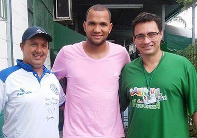 Na foto,goleiro Everson foi recebido pelo gerente do clube Alexandre Pió e pelo coordenador da Academia Professor Guto Vinhas. (Foto: Divulgação/Ferroviária)