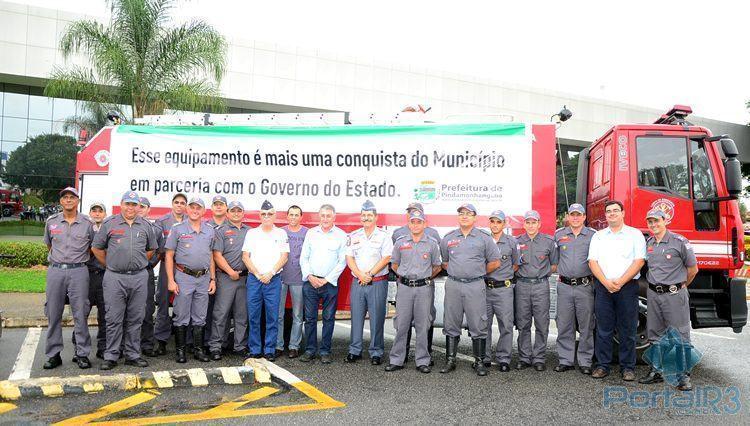 Autoridades e militares do Corpo de Bombeiros ao lado da nova viatura. (Foto: Luis Claudio Antunes/PortalR3)