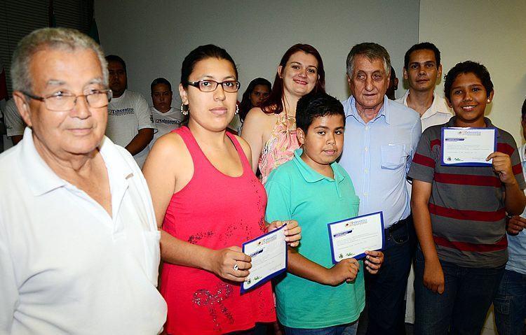 O prefeito Vito Ardito Lerario junto com formandos do Telecentro. (foto: Luis Claudio Antunes/PortalR3)