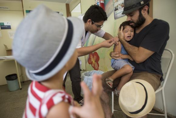 A  campanha  visa  a  imunizar  95%  do  público-alvo;  crianças menores de 5 anos. (Foto: Marcelo Camargo/Agência Brasil)