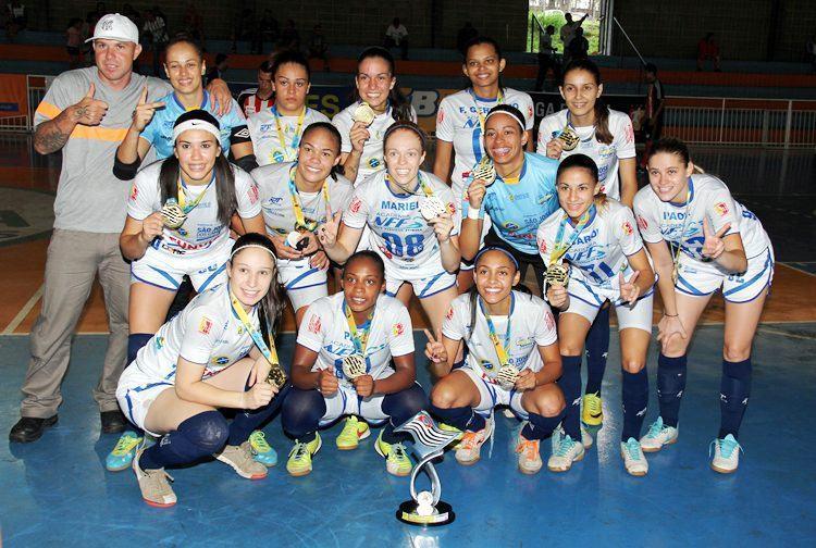 Equipe joseense comemora o bicampeonato nos Jogos Abertos. (Foto: Edvaldo Filho/JAI)