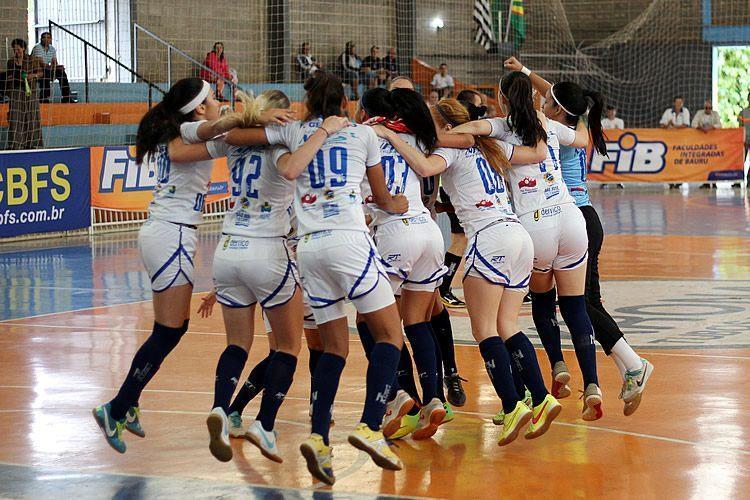 Meninas festejam a segunda conquista consecutiva. (Foto: Edvaldo Filho/JAI)