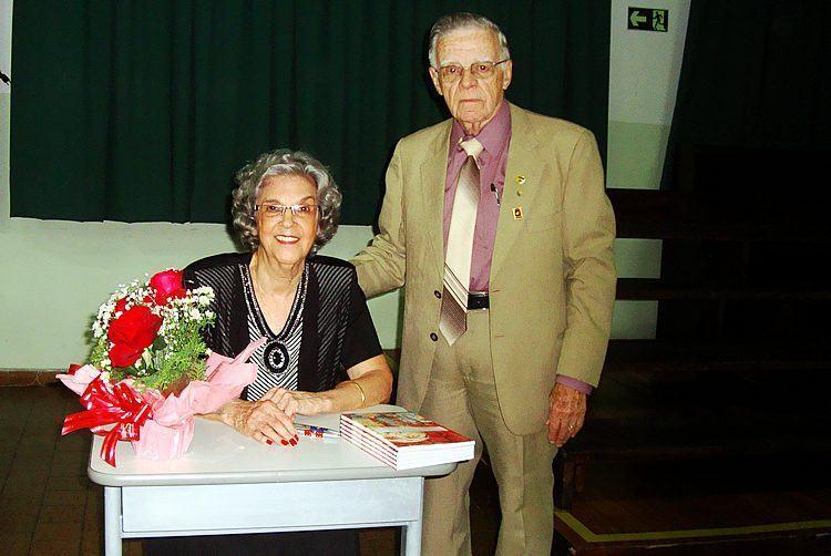 Therezinha e Piorino durante o lançamento do livro. (Foto: PortalR3)