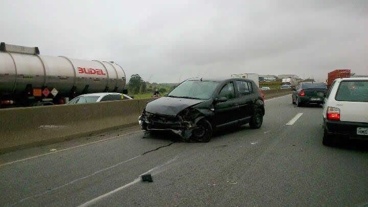 Veículo atingido na lateral rodopiou ficando na pista no sentido contrário de tráfego. (Foto: Luiz Claudio Antunes/PortalR3)