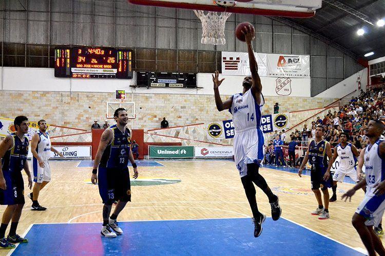 Lance da partida no Lineu de Moura. (Foto: Arthur Marega Filho / São José Desportivo)