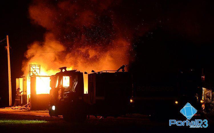 Bombeiros tentam controlar o fogo. (Foto: Luis Claudio Antunes/PortalR3)