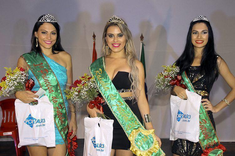 Laura Gonzallez, ao centro, a 1ª Princesa Andréa Goldoni (esq.) e a 2ª Princesa, Carla Cristina Souza. (Foto: Denis Silva/PortalR3)