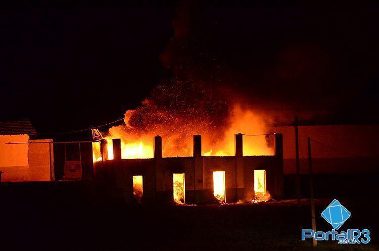 Logo atrás, existe uma antiga baia para cavalos, que não foi atingida pelo fogo. (Foto: Luis Claudio Antunes/PortalR3)