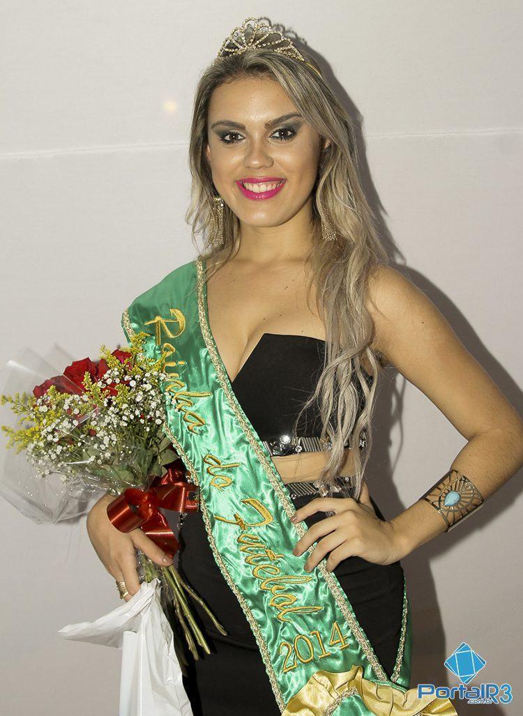 Laura Gonzallez com a faixa de Rainha do Futebol 2014. (Foto: Denis Silva/PortalR3)